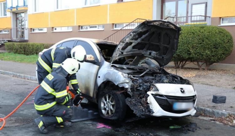 V hradecké Štefánikově ulici shořel osobní automobil