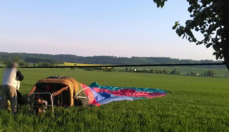 Na Rychnovsku neplánovaně přistál horkovzdušný balón, zraněna byla jedna osoba