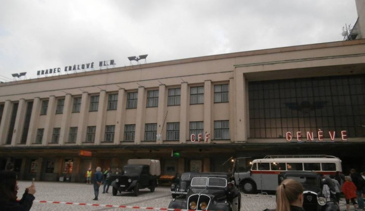 FOTO: Hradecké vlakové nádraží obsadili filmaři
