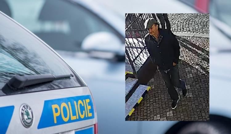 PÁTRÁNÍ: V souvislosti s krádeží v jednom z náchodských hotelů hledají policisté tohoto muže