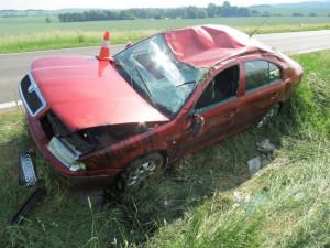 Důchodkyně nezvládla řízení. Se svým vozem skončila v příkopu