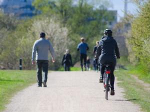 Bezpečná a zdravá cyklistika. Projekt Na kole jen s přilbou míří do desítek našich měst