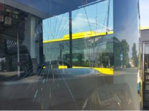 Opilý muž rozbil čelní sklo autobusu. Důvodem bylo, že ho řidič nechtěl pustit dovnitř s pivem