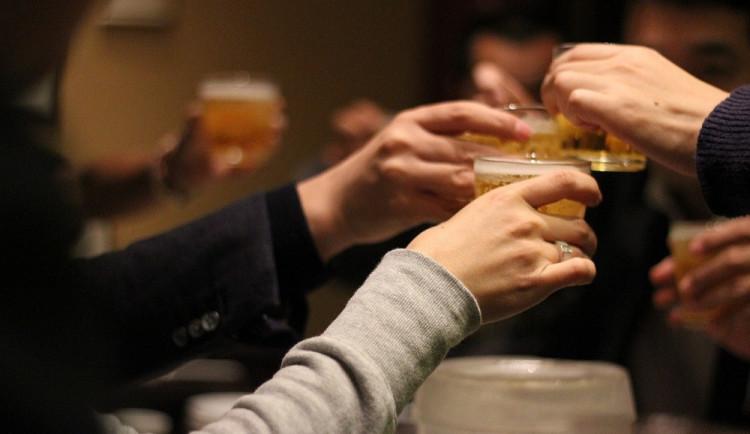 Policisté zavítali do barů a restaurací. Kontrolovali, jestli není mladistvým naléván alkohol