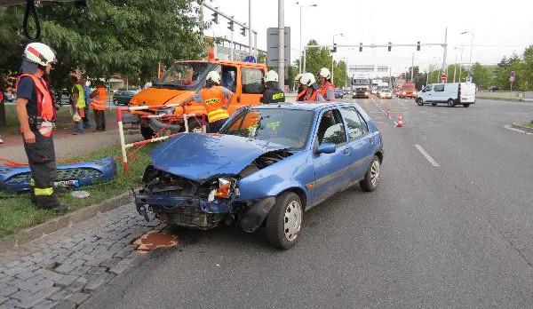 Řidič nákladního vozu vjel do křižovatky na červenou, střetl se s osobním autem