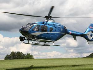 Honička jako z amerického filmu! Policisté s vrtulníkem pronásledovali řidiče, ten před zatčením zahodil zvláštní sáček
