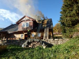 Hořela střecha roubenky, na místě zasahovalo šest jednotek hasičů