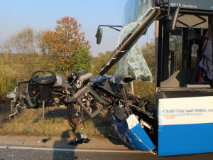 Srážka s kamionem vytrhla řidiči autobusu volant z rukou, jako zázrakem se nikdo nezranil