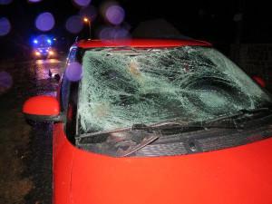 Chodce se čtyřmi promile v krvi srazilo auto, muž je v kritickém stavu