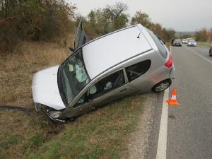 Opilá seniorka za volantem se nejprve střetla s autem v protisměru, poté skončila v příkopě