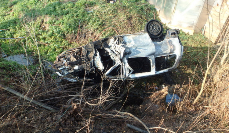 Hasiči spěchali k hořícímu autu s člověkem uvnitř. Pravděpodobně se jednalo o sebevraždu