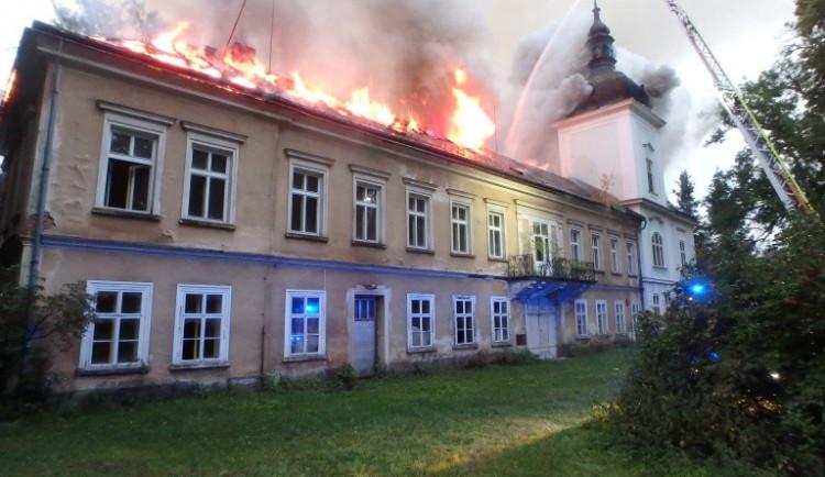 Zámek v Horním Maršově zřejmě zapálila skupina žhářů