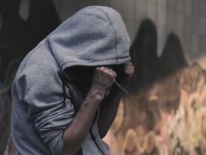 Několikrát trestaný feťák prodával drogy a kradl po celém Hradci. Na soud si počká ve vazbě