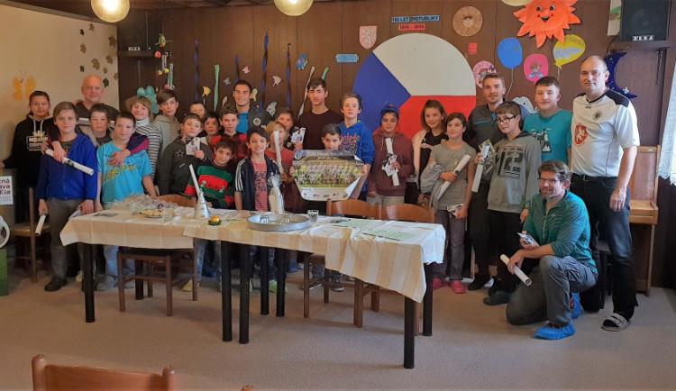 Hradečtí fotbalisté navštívili Dětský diagnostický ústav v Plotištích