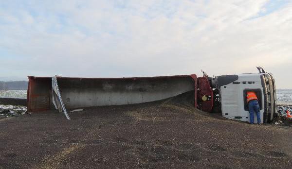 Řidiči kamionu se vymklo řízení z rukou, semeno skončilo na poli