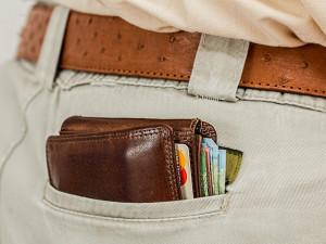 Žena zpronevěřila peníze seniorů i pošty, použila je na zaplacení svých dluhů