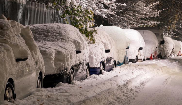 SJÍZDNOST: Na silnicích ve vyšších polohách Královéhradeckého kraje leží sníh
