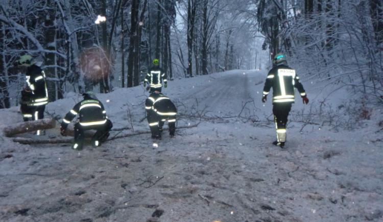 Počasí zaměstnalo hasiče, během víkendu zasahovali u 124 událostí