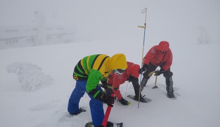 Hasiči cvičili v Krkonoších za extrémních podmínek, pohyb záchranářů komplikoval silný vítr a velká vrstva sněhu
