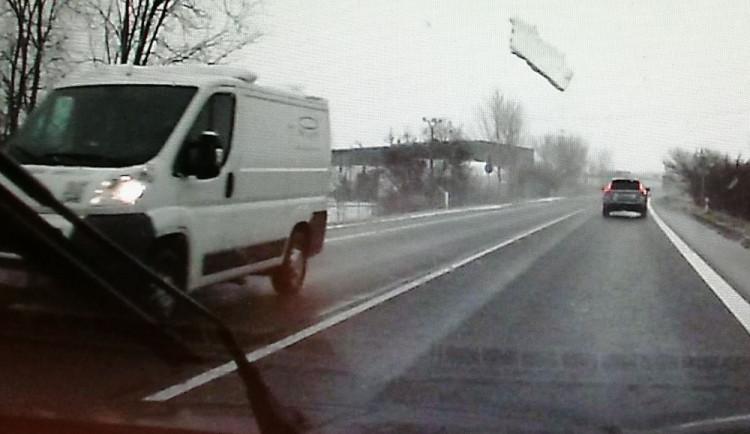 VIDEO: Z dodávky odlétl kus ledu a skončil v protijedoucím autě. Policie hledá řidiče