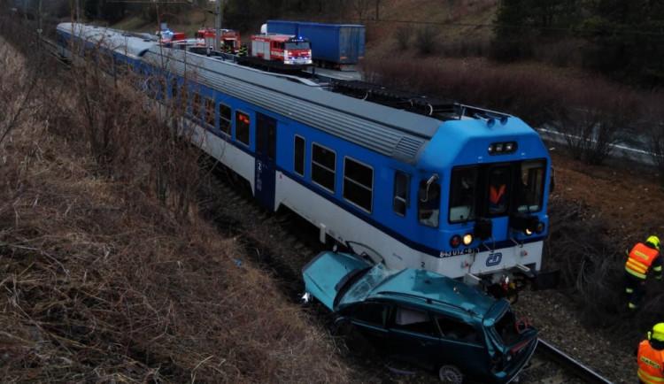 Na Náchodsku se stala vážná dopravní nehoda. Auto skončilo na kolejích a narazil do něj vlak