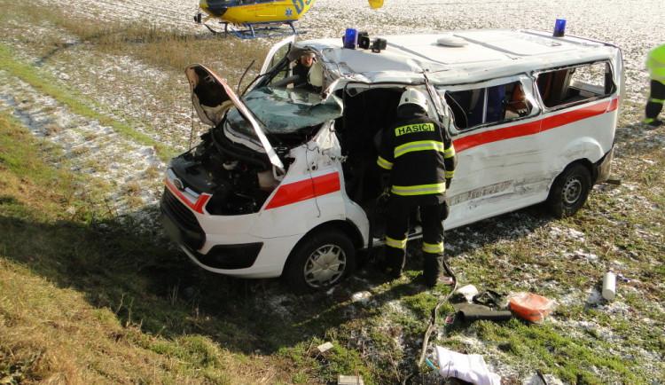 U Roudnice se srazil náklaďák a převozová sanita, na místo letěl záchranářský vrtulník
