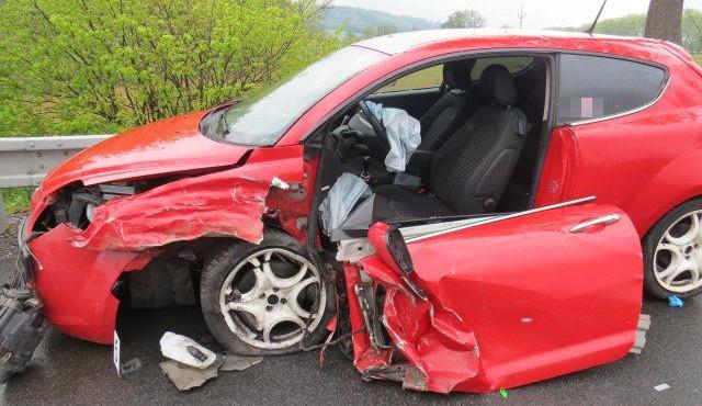 U Lázní Bělohrad se střetla dvě auta, žena a dvě děti byly se zraněními převezeny do nemocnice