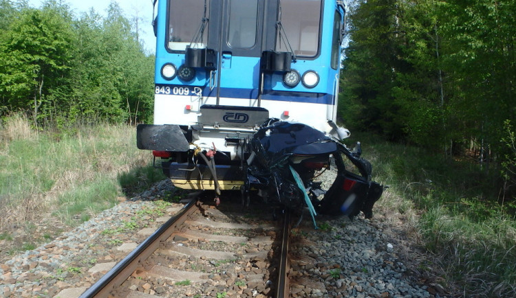 Na Trutnovsku se střetl vlak s autem, řidička nehodu nepřežila