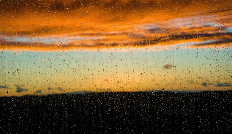 POČASÍ NA ČTVRTEK: Občasný déšť nebo přeháňky, teploty vystoupají na patnáctku