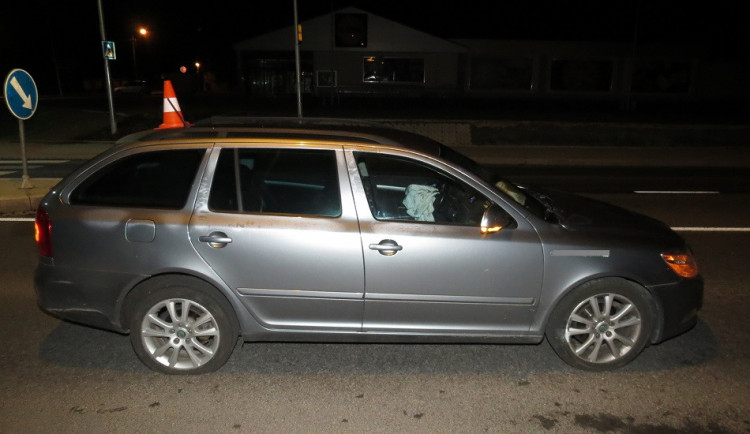 Řidič narazil do ostrůvku před kruhovým objezdem, policistům nadýchal 2 promile