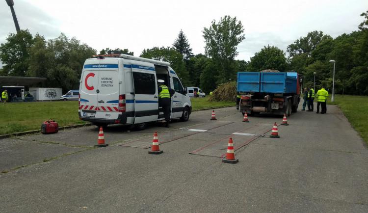"""Policie se zaměřila na náklaďáky, během akce """"Pernštejn"""" zkontrolovala skoro 150 vozidel"""