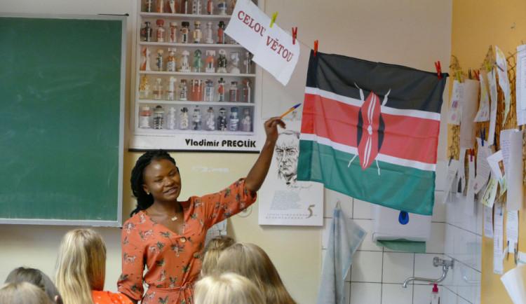 Studenti z Nikaraguy či Zambie za katedrou. Učili děti ze základky na třídě SNP