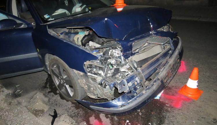 Ve dvě ráno naboural opilý řidič do zaparkovaného auta
