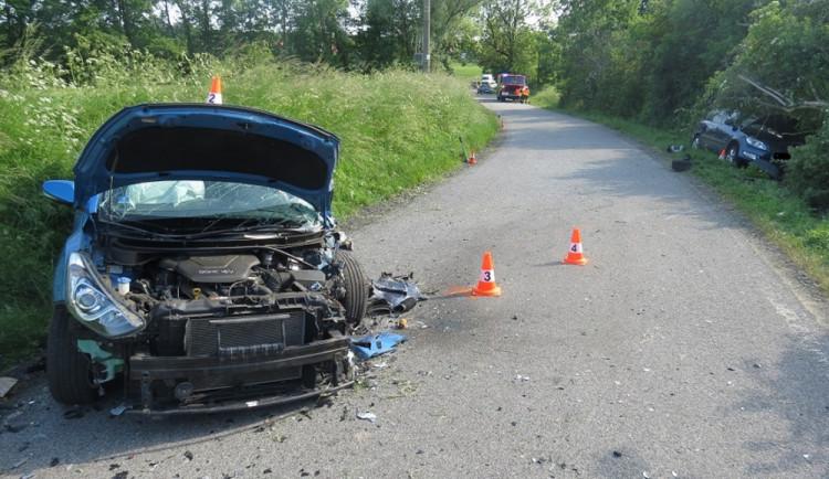 Nezvládl zatáčku a vletěl do protisměru, kde jelo auto. Na místo musel vrtulník