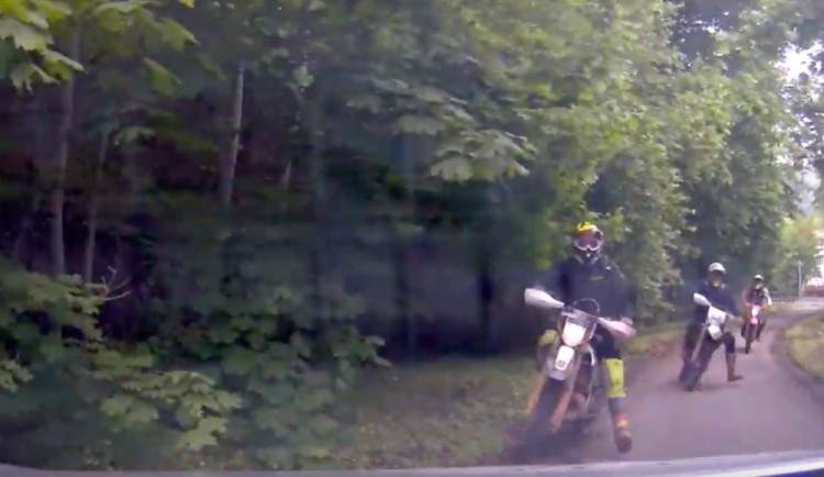 VIDEO: Policisté naháněli skupinu jezdců na terénních motorkách. Ujížděli i po chodnících