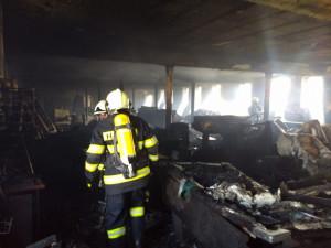FOTO: Hořel kravín v Nové Vsi na Rychnovsku. U požáru zasahovalo sedm jednotek hasičů