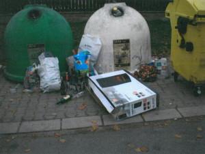 FOTO: Bordel okolo popelnic. S nepořádnými občany se potýkají ve Dvoře Králové