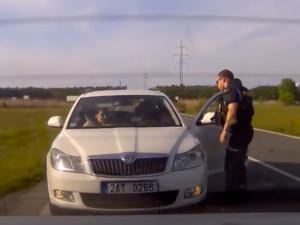 VIDEO: Žena rodila, auto zdržovala páteční špička na Hradubické. Do porodnice nakonec jeli za policejními majáky