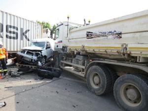 FOTO: Hromadná nehoda na křižovatce ve Smiřicích. Srazila se dvě nákladní auta s osobáky