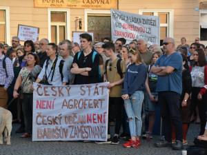 Na nedělní demonstraci na Letné se chystají stovky lidí. Pojedou i speciální autobusy