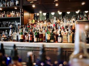 Inspekce poslala mladistvé koupit alkohol.  V polovině obchodů jim ho prodali