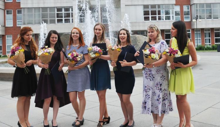 Prvních sedm studentek dokončilo studium tlumočnictví českého znakového jazyka na hradecké vyšší odborné škole