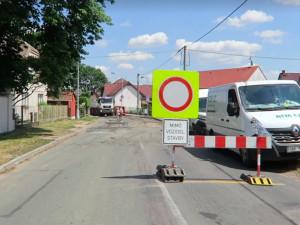 Řidiči kvůli uzavírce v Malšově Lhotě jezdí ke Stříbrňáku po cyklostezce. Budeme to trestat, zní z městské policie