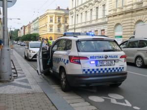 Z ulice ČSA je kvůli opravě zastávky jednosměrka. Na místě zasahovali strážníci