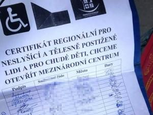 V Hradci opět řádí rumunští podvodníci. Předstírají, že jsou hluchoněmí, vybírají na chudé a postižené