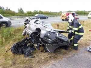 Vážná nehoda na Hradubické. Auto šlo přes střechu, řidič skončil v nemocnici