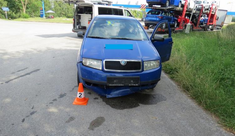 FOTO: Policisté hledají svědky nehody. Auto měl poškodit uvolněný žebřík z jiného vozu