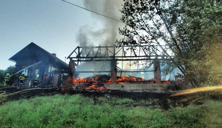 FOTO: Oheň zničil stodolu. Plameny se šířily na obytné budovy