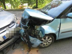 FOTO: Srážka tří aut u Častolovic. Řidič za volantem usnul a přejel do protisměru
