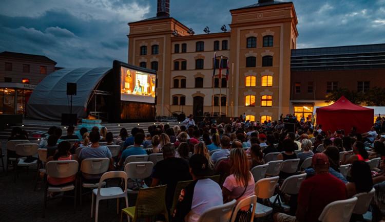 Hradec má netradiční letní kino v areálu krajského úřadu